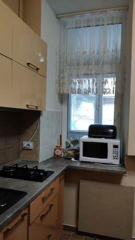 Mutfakta mikrodalga fırın ocak çekmeceler her şey mevcuttur kısaca