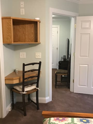 Small built in desk in bedroom