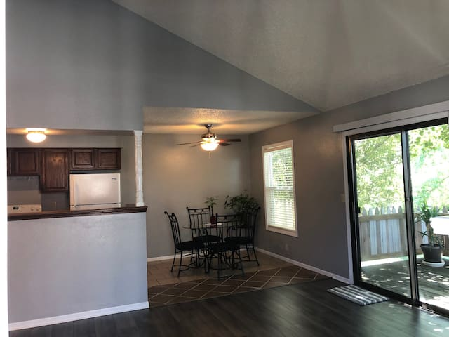 Beautiful 1 Bedroom Condo in Quiet Neighborhood!!!