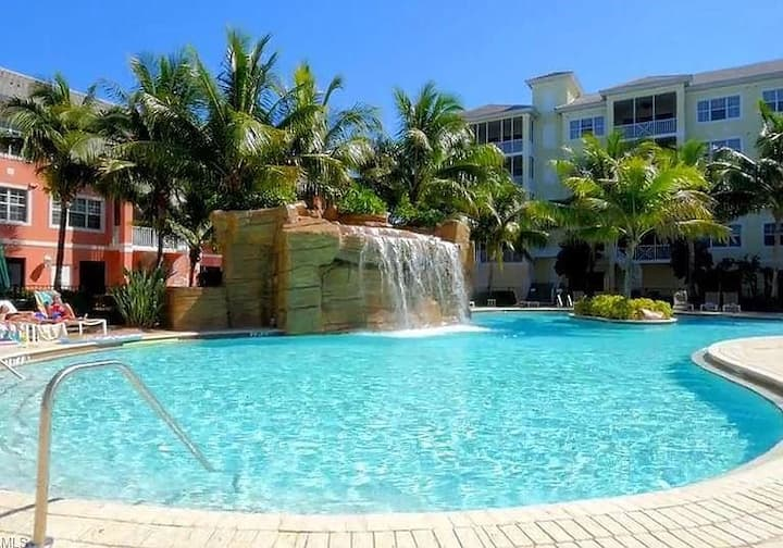 TROPICAL PARADISE Resort-180 SECONDS to the Beach!
