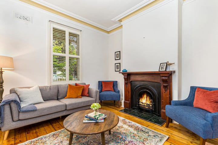 3-bed Victorian Home with Balcony near CBD and Beach