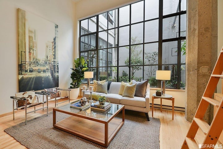 Spacious bright loft in the heart of the city