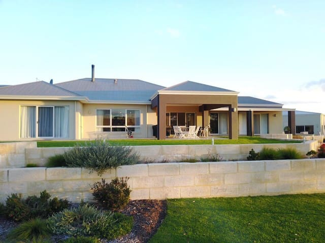 Tranquil ALBANY Holiday Home.