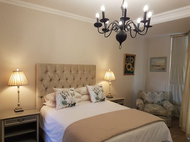 Luxurious Rosebank Apartment with 3 bedrooms.