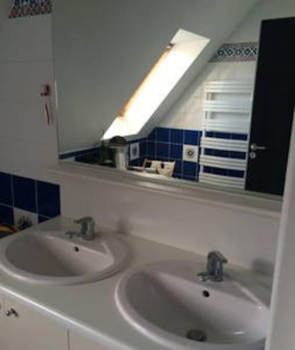 salle de bain partagée en famille