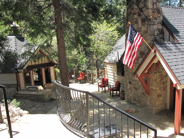 Restored Vintage Cottage - Great Getaway