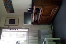 grande fenêtre qui donne sur jardinet, tv + internet Freebox révolution