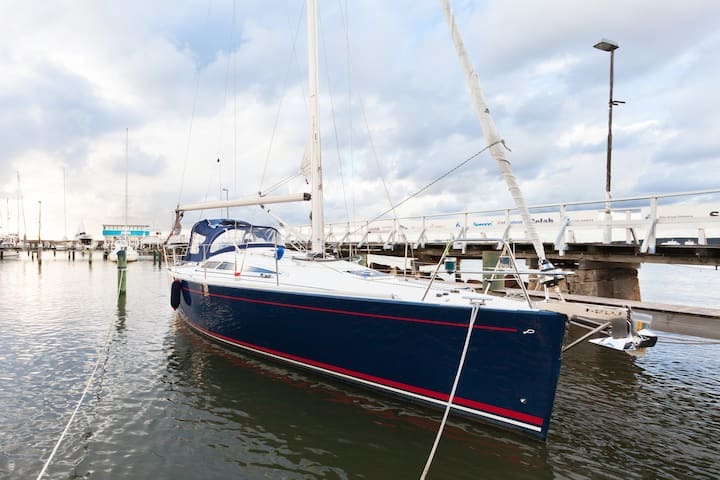 Sailboat maxi (Phone number hidden by Airbnb)