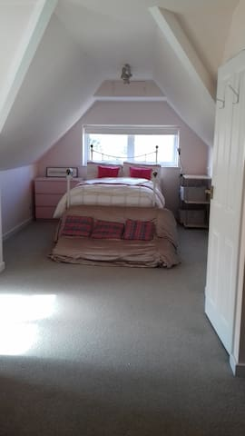 Lovely light room near stations and airports - Reigate - Dům