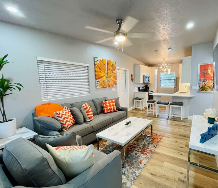 *Midtown Cottage* In the heart of Cocoa Beach!