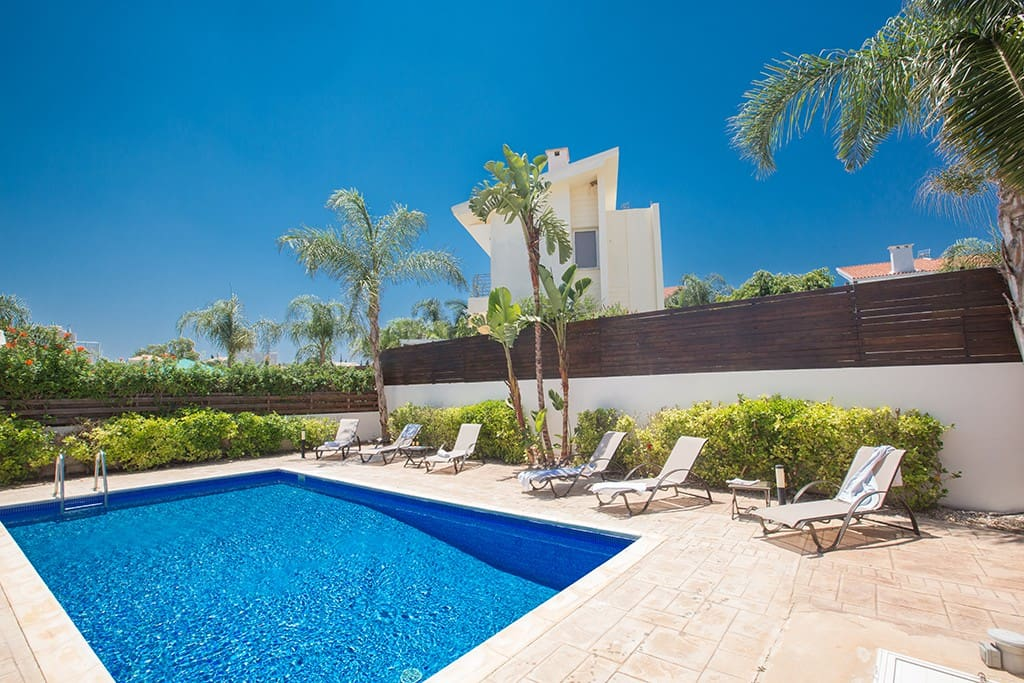 Large Garden with private pool