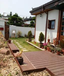 첼로의선율이 흐르는 전주한옥마을숙박 '현' 쉼방 - Jeonju-si - 家庭式旅館