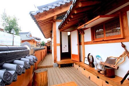 별관 6호실 4인기준 가족이 쓰기좋은 넓고 환한 한옥체험숙소 - Wansan-gu, Jeonju - 家庭式旅館