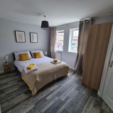 MAIN bedroom, Kingsize bed with ensuite (Bedroom 1)
