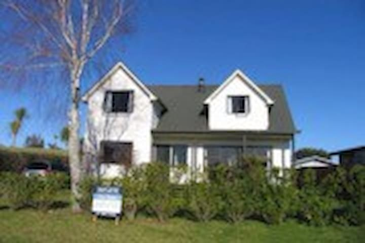 Cute family home near boatramp - Whitianga - Bed & Breakfast
