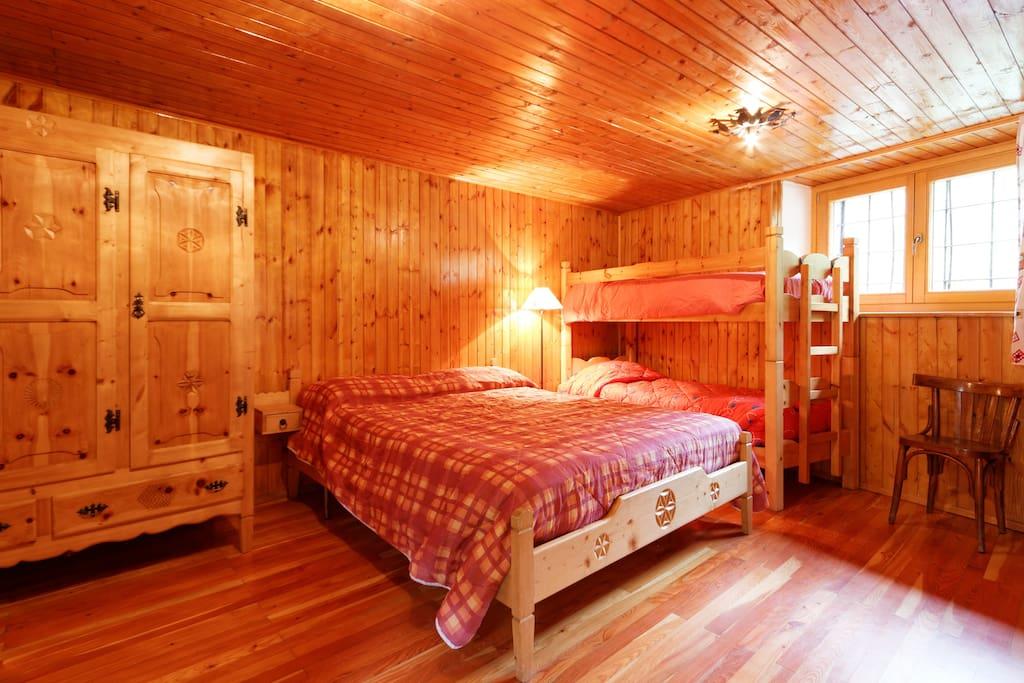 camera da letto con letto matrimoniale e letto a castello