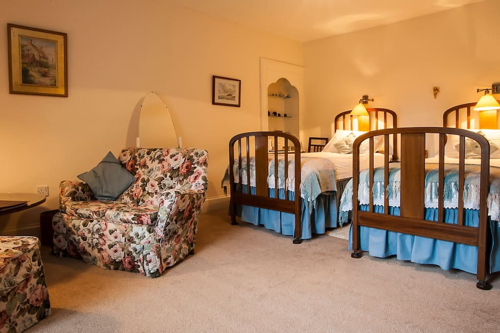 Twin-bedded room with sitting area