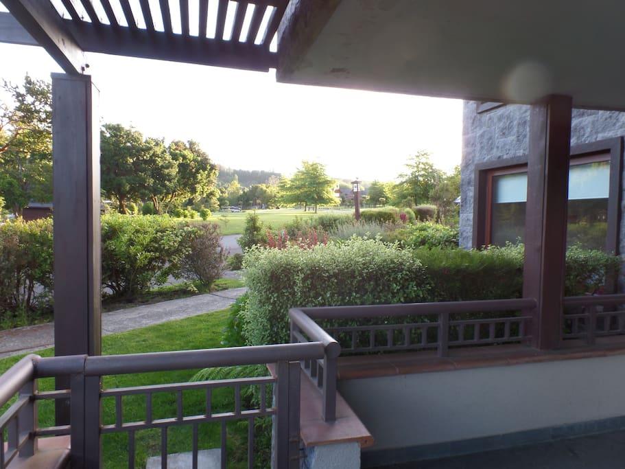 Vista a loa jardines del condominio