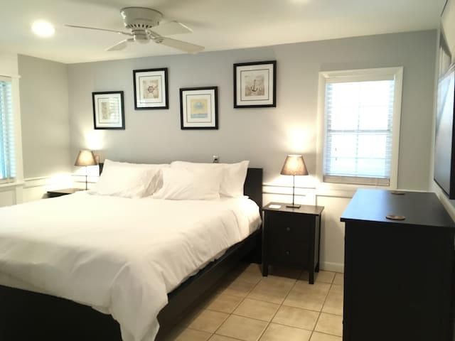 King Bed, Pool, Walking Distance To Ocean & Sound!