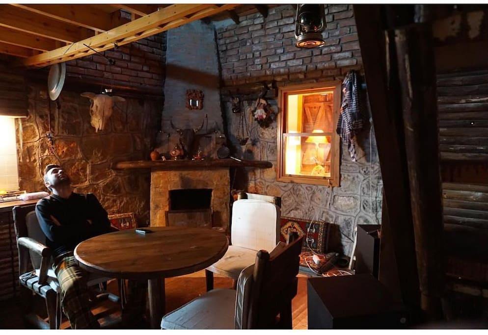 İzmire 40 dk çamların ortasında şömüneli sobalı taş ev ..