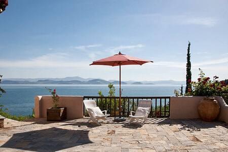Sea-view villa with private beach - Xiropigado
