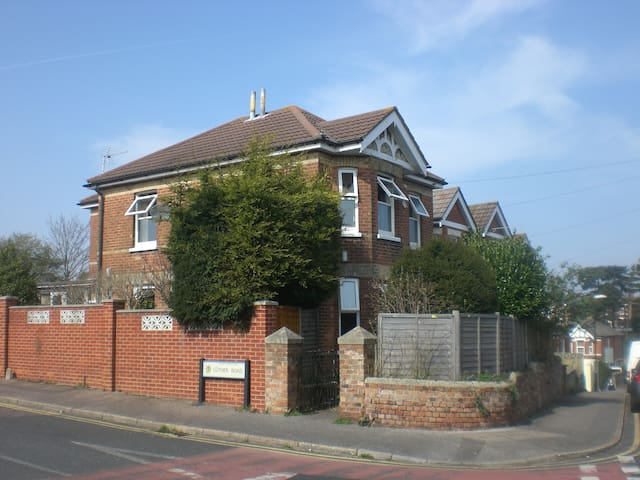 Modern 4 double bed detached house - Bournemouth