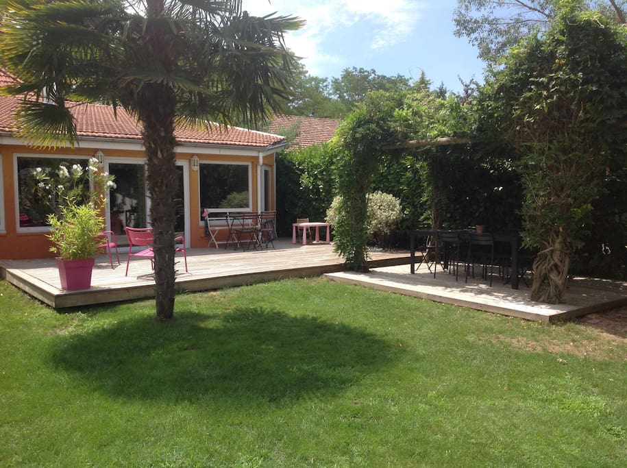 Villa entre bordeaux et oc an houses for rent in saint for Entretien jardin saint medard en jalles
