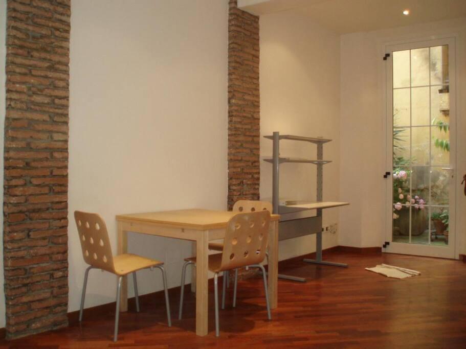 sala con tavolo e finestra sul cortile