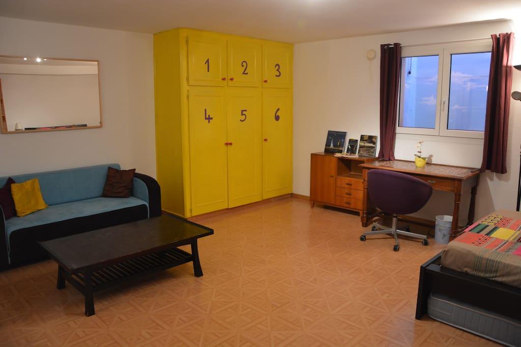 Un bureau et un canapé sont à votre disposition.