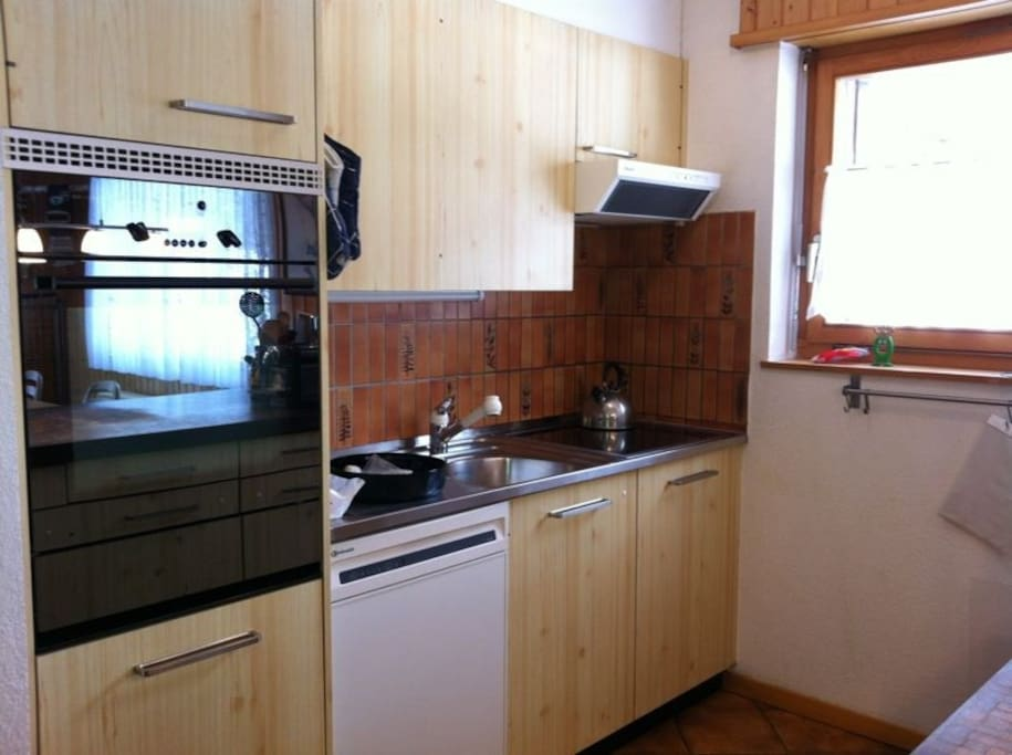 Moderne Küche, Geschirrspüler, Glaskeramik