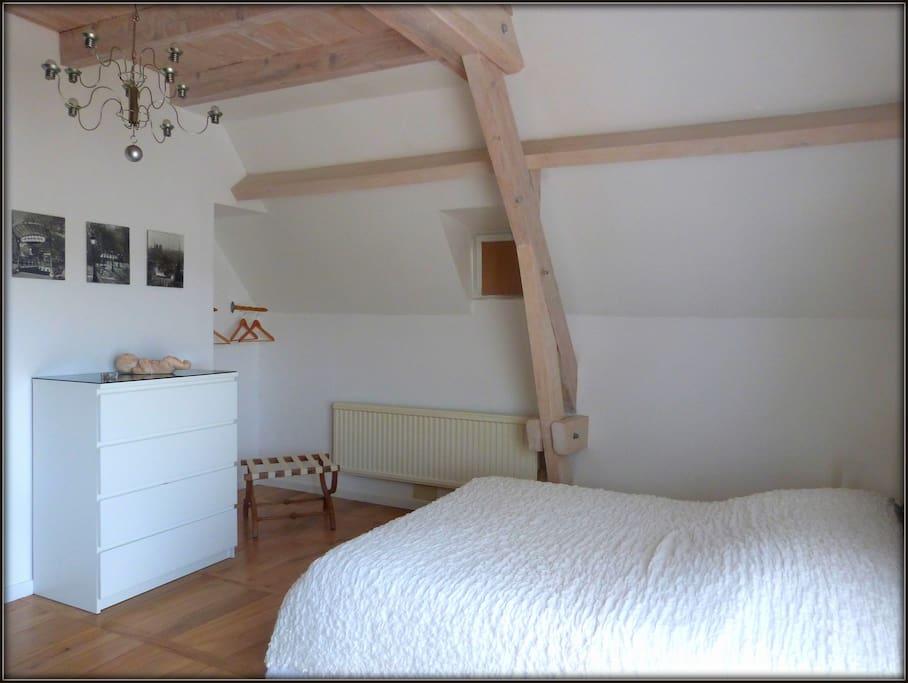 Chambre Coton, spacieuse et aérée, SDB attenante, lit double, commode, TV, comporte une mezzanine pouvant accueillir un enfant ou une troisième personne