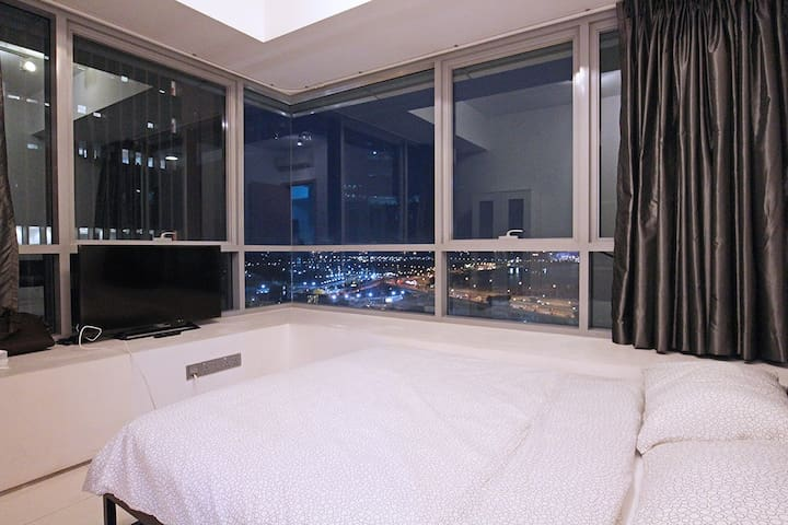 Fully furnish CBD 2br w balcony and city view