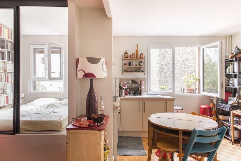 Vue sur chambre-alcôve (2 places) et salon-cuisine