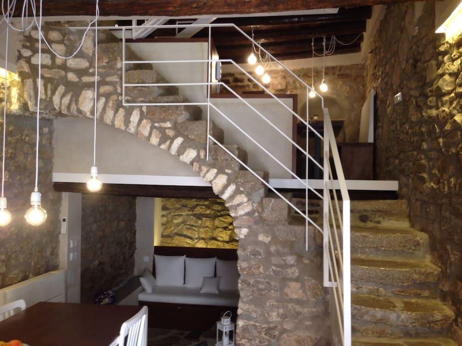 Escalera del siglo XV sobre arco de piedra caliza.