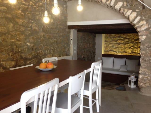 Salón-Comedor. Tras el sofá se encuentra el inicio de la antigua muralla medieval del siglo XII.