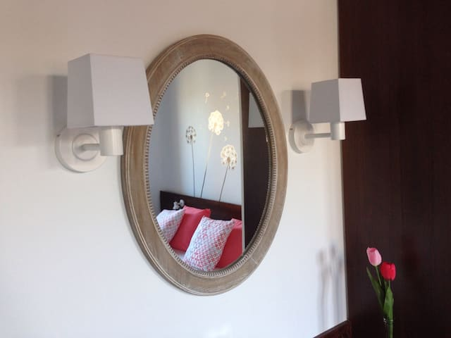 Cada habitación y ubicación de la casa cuenta con sus lámparas distintas acordes al espacio que iluminan. Toda la luz de la casa es led de bajo consumo. CAL MATINER es respetuosa con el medio ambiente.
