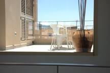 Este gran ventanal da luz natural a toda la casa. Además incorpora una cortina eléctrica en la que está previsto con un proyector convertir la bohardilla en tu sala de cine.