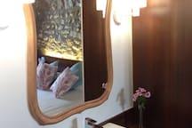 Cada habitación cuenta con lavabo y zona de aseorecuperando así la utilidad de la antigua palangada, pero con agua corriente.