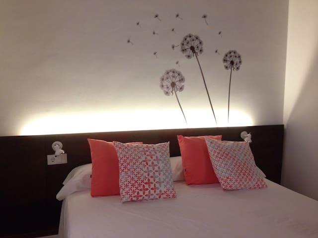 La decoración de cada habitación es distinta. Combinamos cuadros, vinilos, cojines y otros elementos.