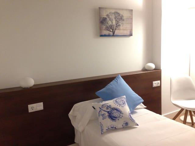 Ejemplo de habitación dispuesta como habitación individual. En todas las habitaciones hay opción de dos camas individuales, una cama individual o una gran cama de matrimonio.