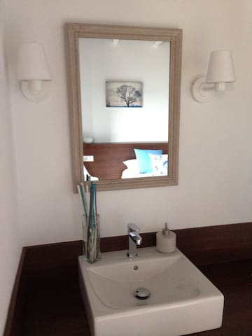 Junto al lavabo de cada habitación encontraremos un elemento decorativo a juego con los cojines.
