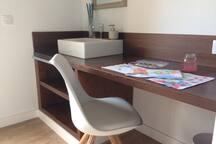 Los dos sillones de las habitaciones son distintos en cada habitación. Esta habitación dispone además de escritorio.