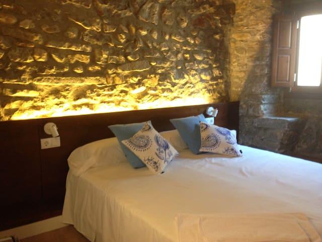 En cada habitación hay dos camas de 90x200 cm que pueden disponerse juntas o separadas. Tras el cabezal se esconde luz indirecta led que hacen las habitaciones muy acogedoras.