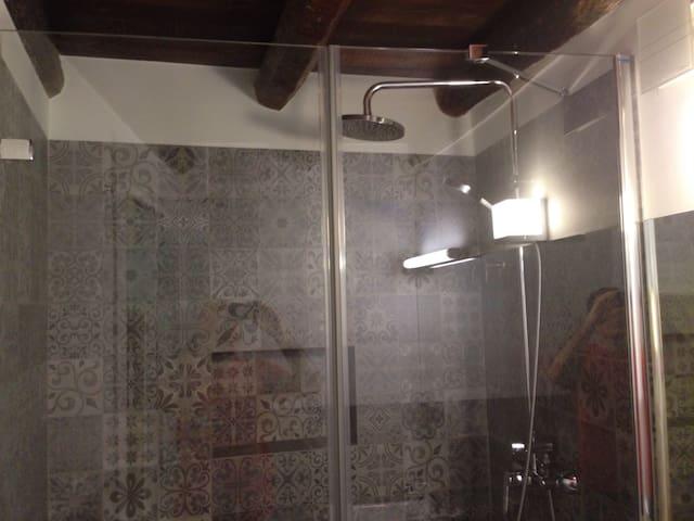 Ducha con efecto lluvia del primer baño. El agua de toda la casa es descalcificada, tu piel lo agradecerá.