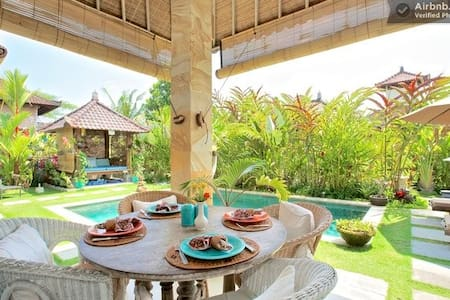 Wonderful, full service breakfast included, daily cleaning, air con and wifi. Stay in the most exciting area of Ubud. Close to all amenities. Live like the Balinese!