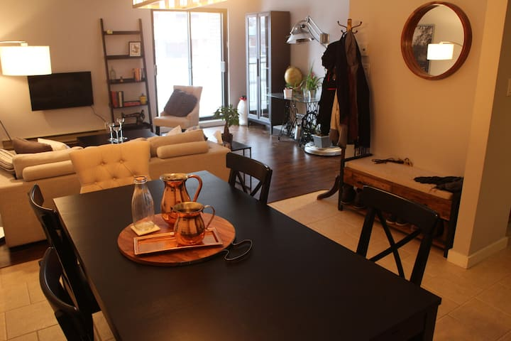 Gorgeous room in a condo with parkings - Montréal - Daire
