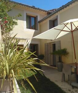 Charmante maison de village - Caderousse