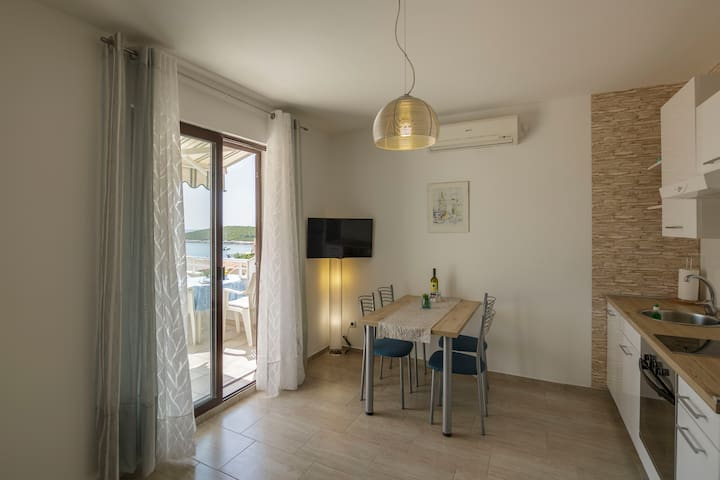 Vis - Rukavac, fully renovated apartment for 4 (B)