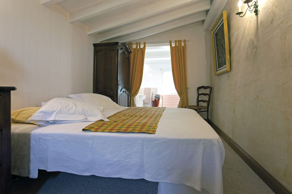 Chambre jaune 1 lit double et un lit simple