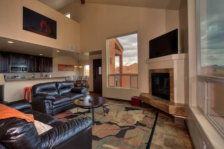 Elegant Southwest Villa. Pool, Spa, BBQ, WIFI, - Moab